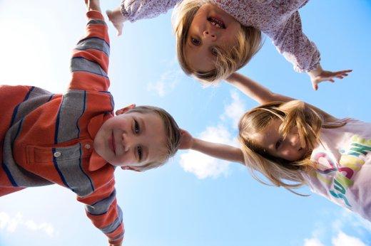 trije otroci pri igri