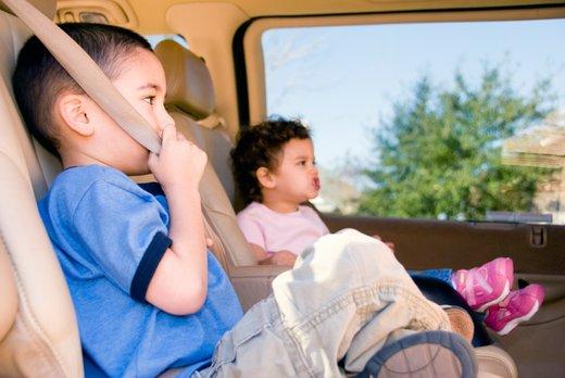otroci v avtu