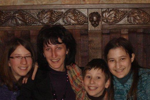 Slavka Ugovšek Grmek danes, s svojimi tremi otroki