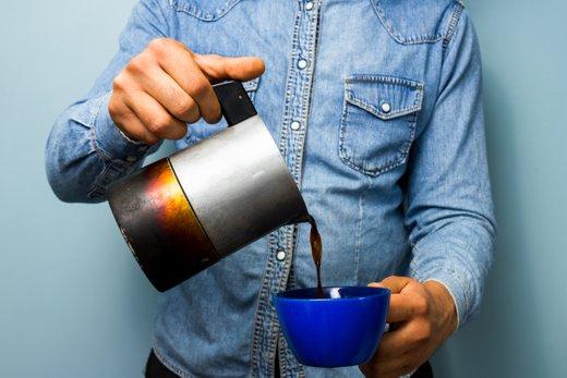 Moški pije kavo - 1