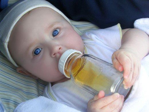 dojenček s stekleničko