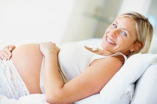 Nasmejana nosečnica