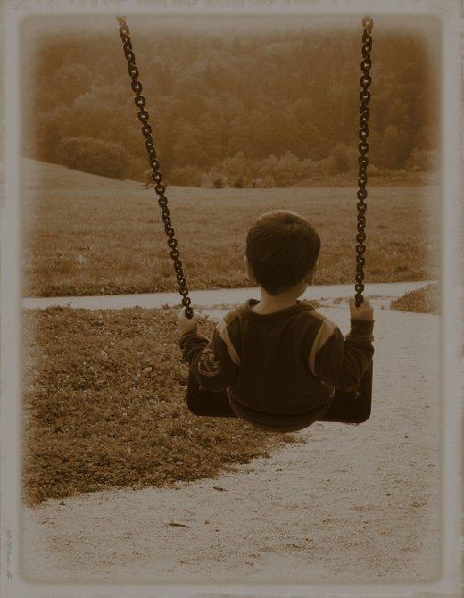 Deček na gugalnici