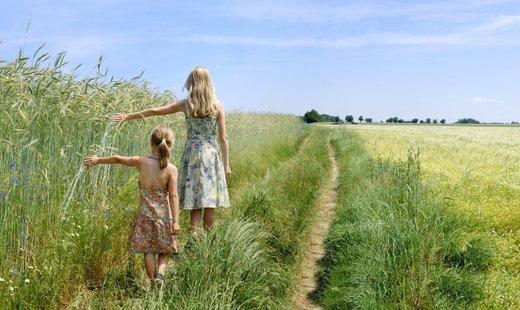 Mamica in hči se sprehajata