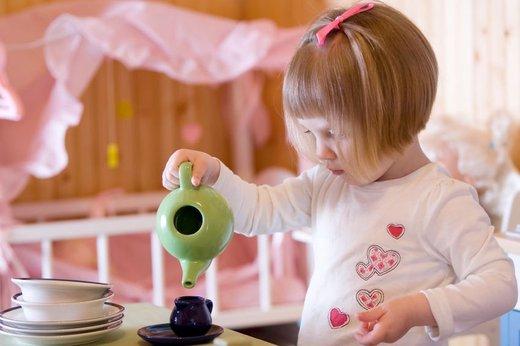 Deklica pripravlja čaj