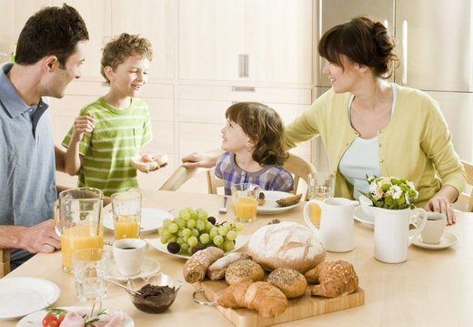 Vesela družina za mizo