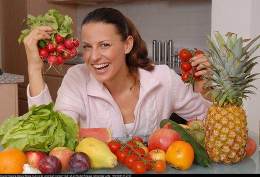 ženska s sadjem in zelenjavo