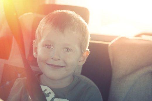 Deček v avtomobilu