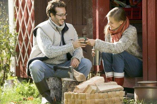 Par pije čaj ob pripravah dom na zimo
