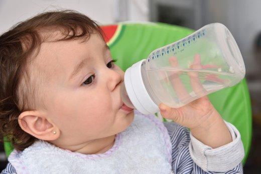 Dojenček pije vodo
