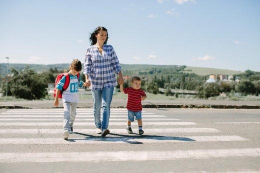 Mama z otrokoma na cesti