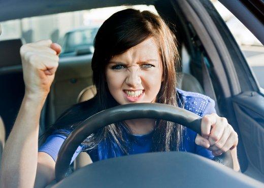 Ženska v avtu