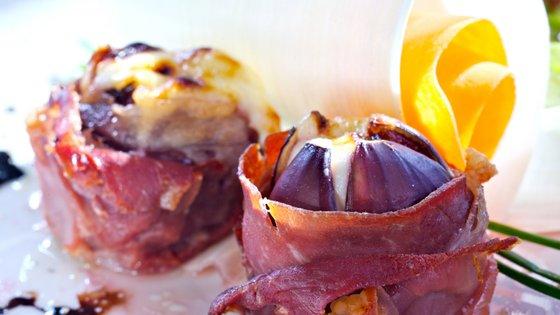 Pečene fige s pršutom in sirom