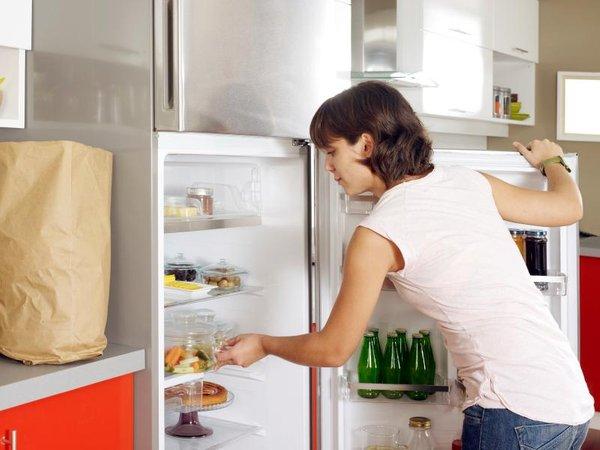 Ženska zlaga stvari v hladilnik