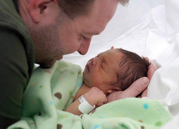 Očka z novorojenčkom