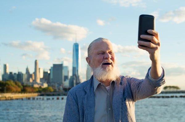 Starejši gospod dela selfie