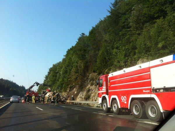 Zgoreli tovornjak na primorski avtocesti