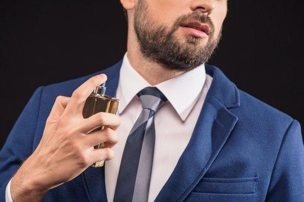 moški nanaša parfum