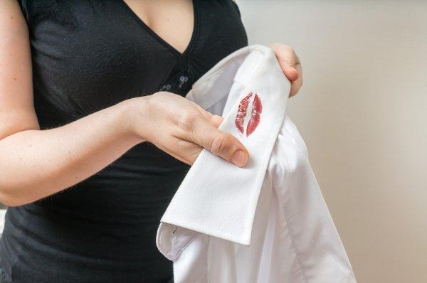 ženska najde rdečilo na srajci