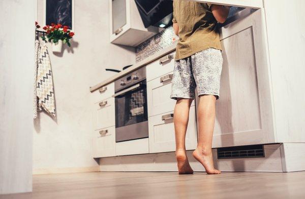 otrok v kuhinji