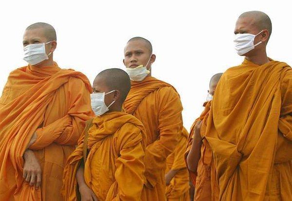 Budisti z obraznimi maskami