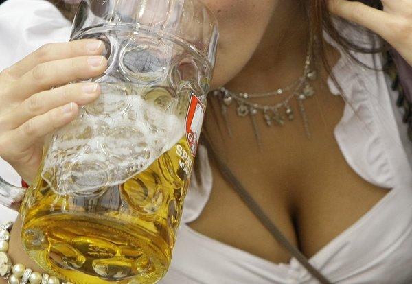 ženska pije pivo
