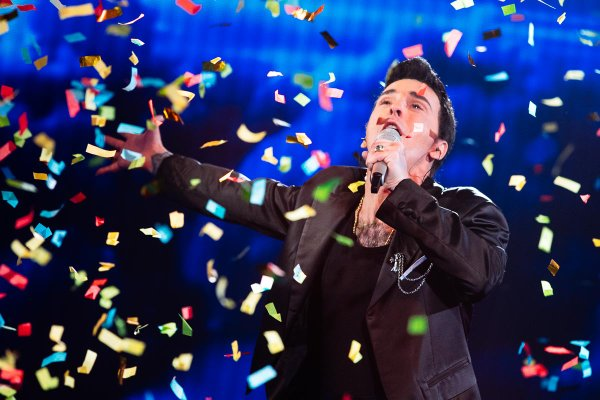 Marijan Novina kot Robbie Williams