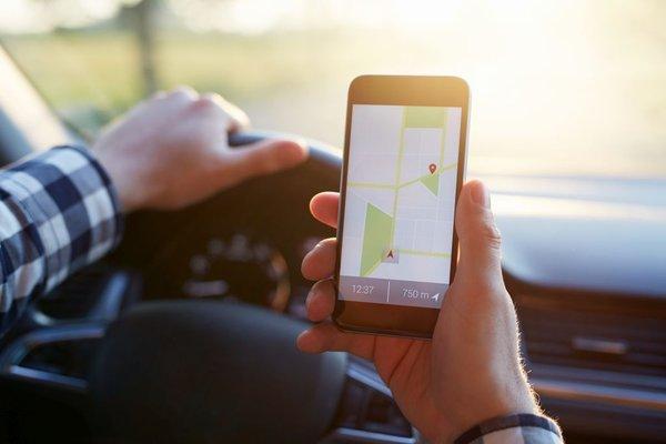 Voznik s telefonom v roki