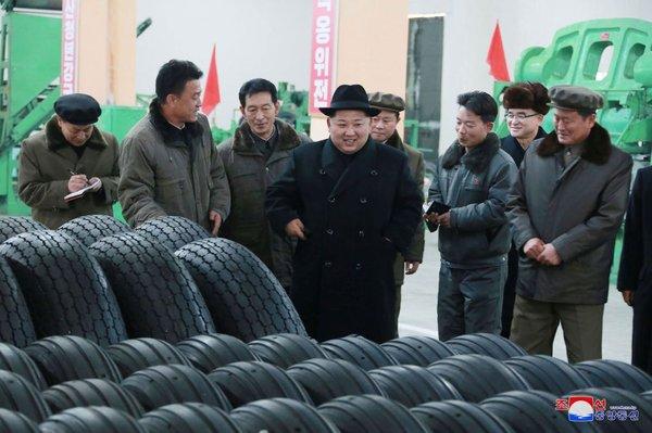 Kim Džong Un v tovarni gum