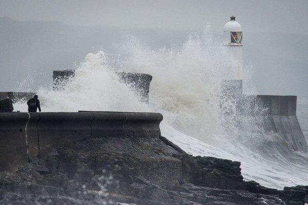 Sneženje in veter ohromila Veliko Britanijo