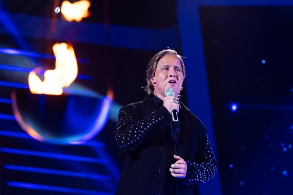 Luka Sešek kot Johnny Logan