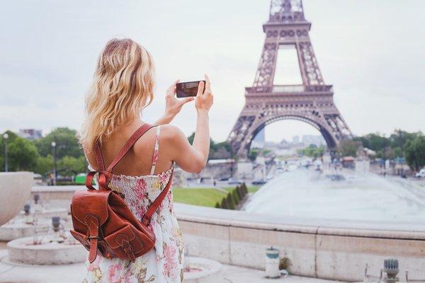 ženska fotografira s pametnim telefonom
