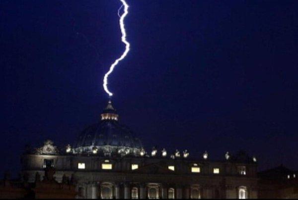 Strela udarila v baziliko svetega Petra