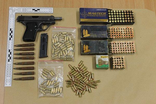 Zasežena pištola in naboji