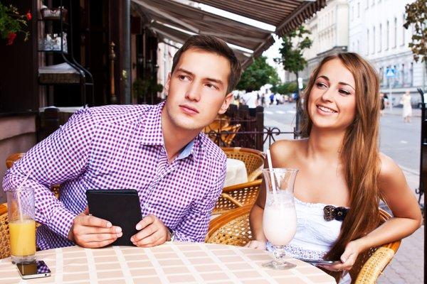 moški gleda za drugo žensko v restavraciji