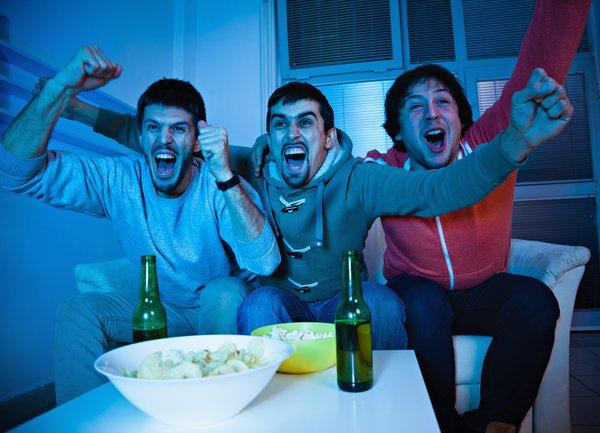 prijatelji gledajo nogomet