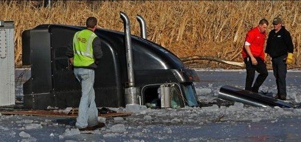 tovornjak končal v jezeru - 3