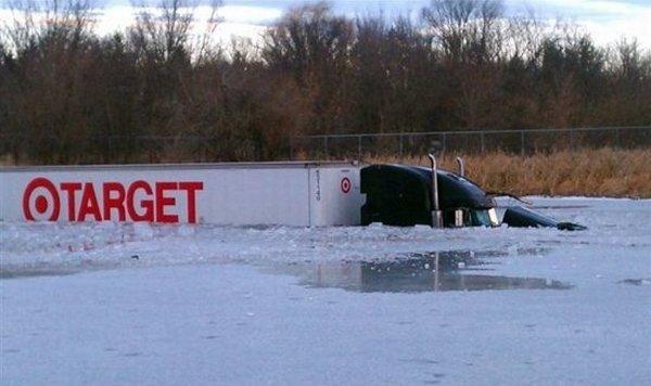 tovornjak končal v jezeru - 6