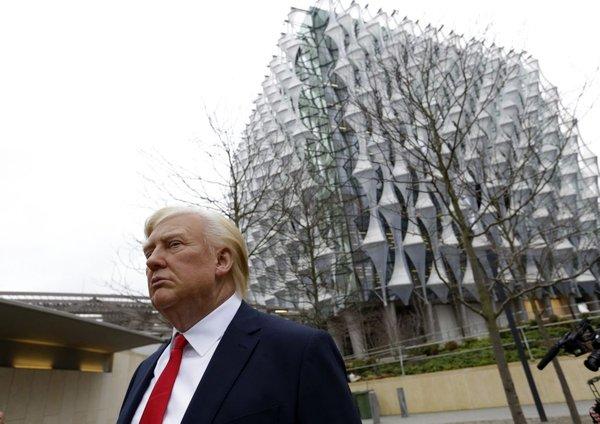 Voščena lutka Donalda Trumpa pred ameriško ambasado v Londonu