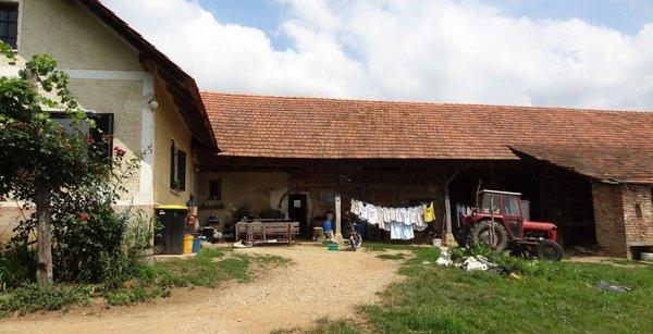 Dvorišče pred hišo v Trnovcih