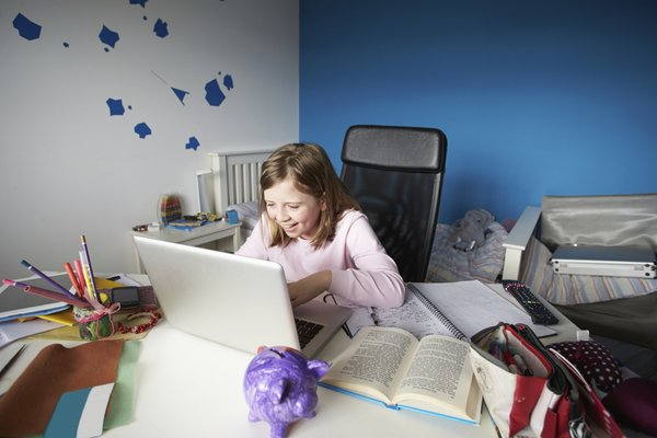 Deklica za računalnikom