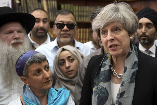 Theresa May na sestanku z verskimi voditelji po napadu pred mošejo