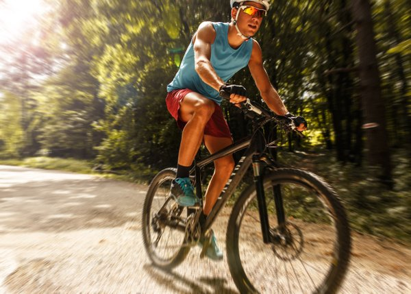 moški na kolesu