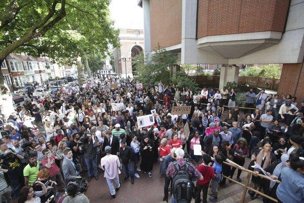 protestniki pred mestno hišo