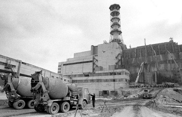 Delavci oktobra 1986 pred četrtim reaktorjem
