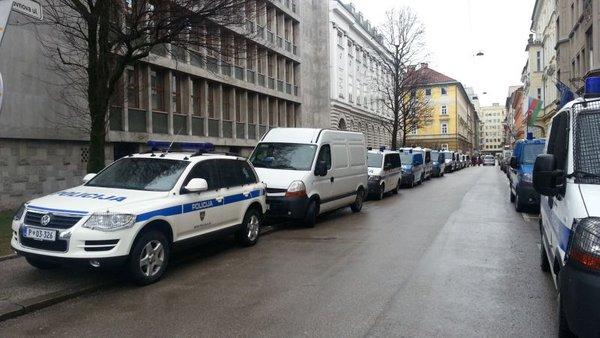 policijska vozila pred parlamentom