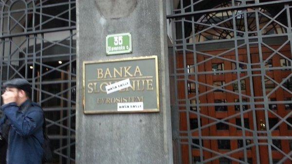 protestniki pred Banko Slovenije