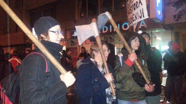 Protestniki pred glavno policijsko postajo