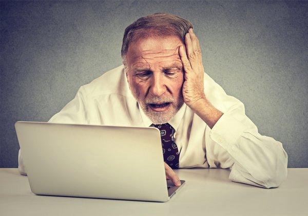 Moški z računalnikom