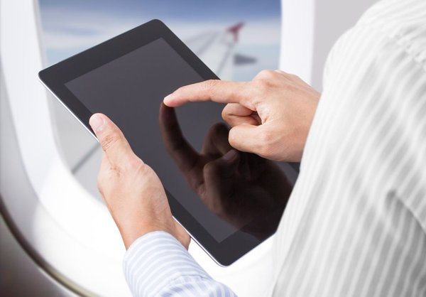 tablični računalnik na letalu